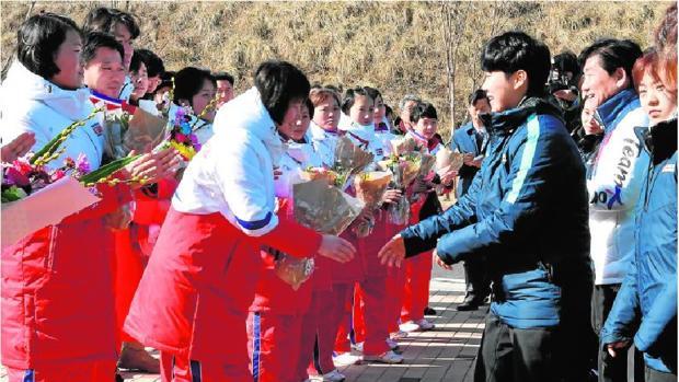 Las jugadoras norcoreanas (de rojo y blanco) se han integrado en el equipo surcoreano (de azul y blanco)