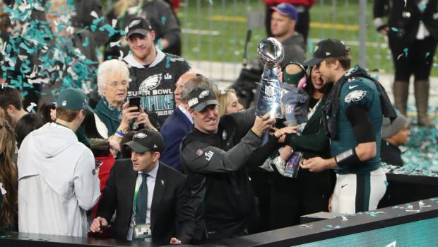 El entrenador de los Philadelphia Eagles, Doug Pederson, levanta el trofeo de la Super Bowl