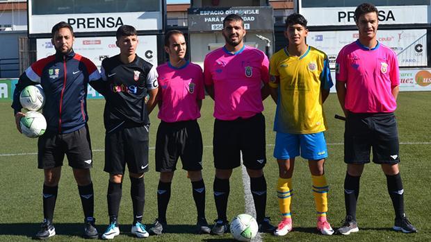 El colegiado Arrebola Alonso con sus asistentes y el cuarto árbitro
