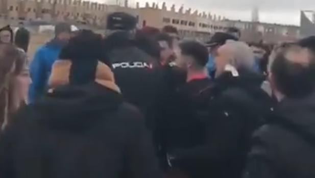 El árbitro, escoltado por la Policía al término del Colegio Diocesanos-Atlético de Madrid