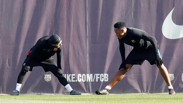 Yerry Mina y Messi durante un entrenamiento
