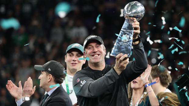 Doug Pederson, entrenador de los Eagles, levanta el título de la Super Bowl