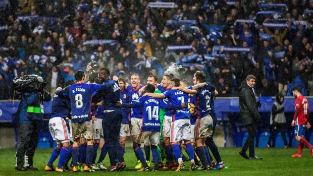 Los jugadores del Oviedo celebran la victoria al término del derbi asturiano