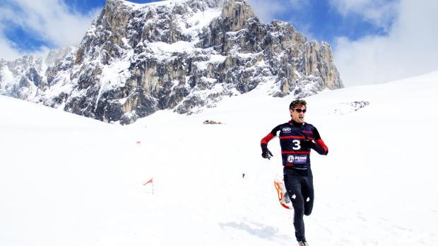 Un hombre participa en una carrera de raquetas de nieve