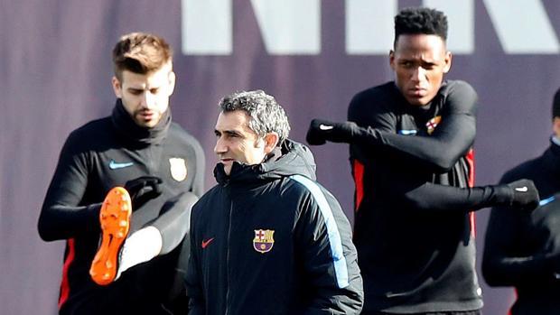 Piqué, Yerry Mina y Valverde durante el entrenamiento