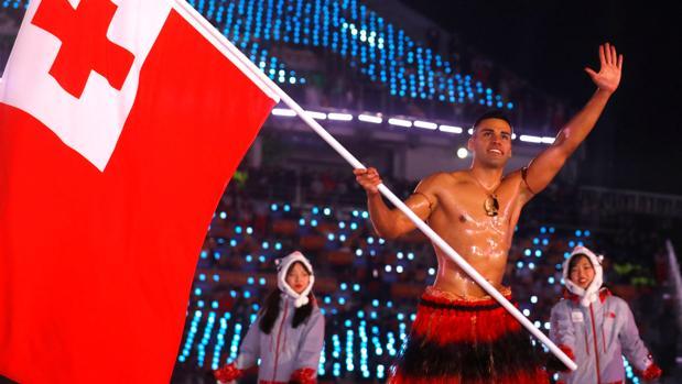 El abanderado de Tonga, en el desfile de los países