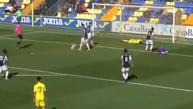 Zagalá, portero del Castellón, tendido en la hierba después del choque con Villa, del Villarreal C