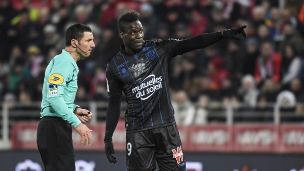Mario Balotelli habla con el árbitro en el partido contra el Dijon