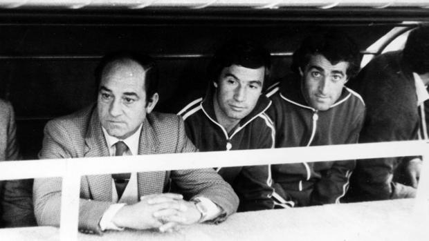 Luis Cid «Carriega◄5, primero por la izquierda, en el banquillo del Betis