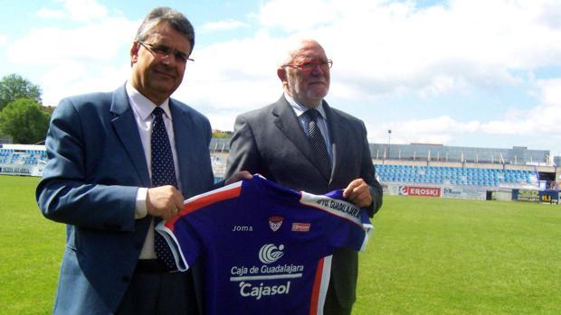 Germán Retuerta (izq.) posa con la camiseta del CD Guadalajara en 2010
