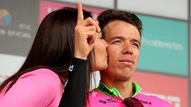Rigoberto Urán recibe el beso de la azafata en el podio