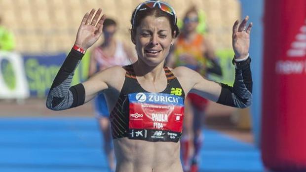 Paula González cruzando la meta como ganadora de la Zurich Maratón de Sevilla 2016