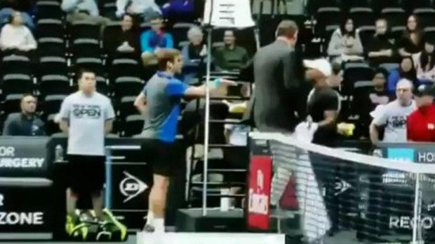 El juez de silla media entre Harrison y Young durante un descanso en el torneo de Nueva York