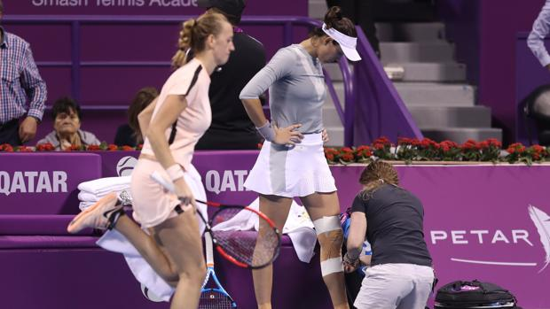 Kvitova calienta mientras Muguruza es atendida por la médico en la final de Doha