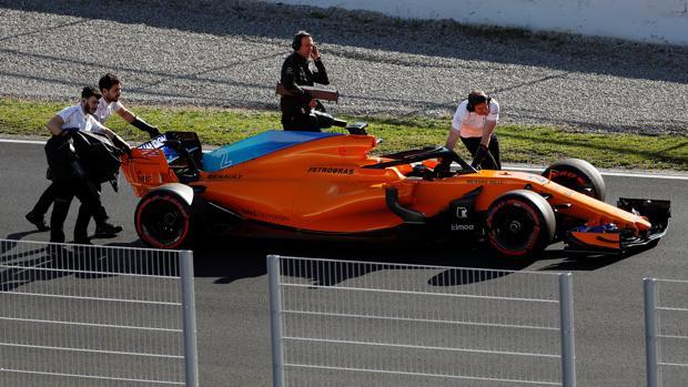 Miembros de McLaren empujan el MCL33 de Vandoorne en la recta de Montmeló