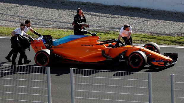 El McLaren MCL33, empujado al garaje