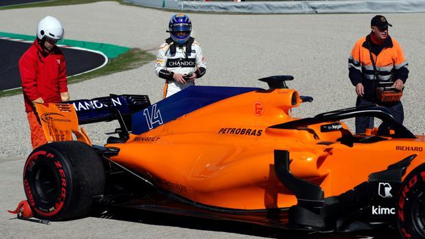 Alonso, junto al McLaren averiado, en la escapatoria de Montmeló