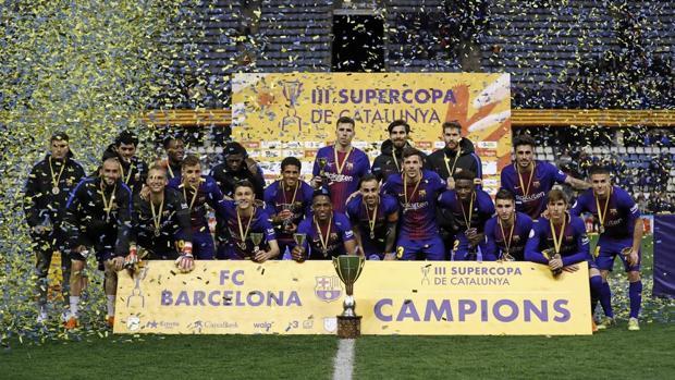 La foto de los campeones con el trofeo de la Supercopa