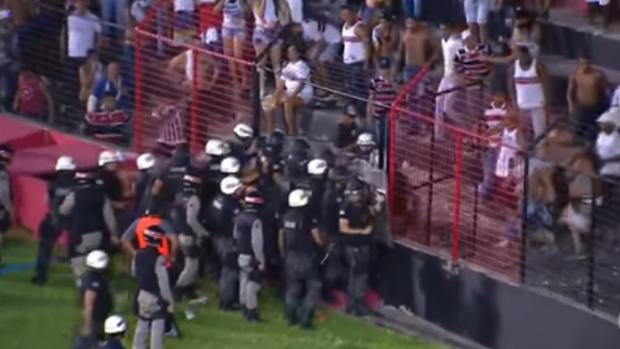 La Policía brasileña rocía con gas pimienta a la hinchada por los disturbios