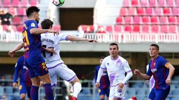 Dos rivales disputan un balón en el aire durante el partido