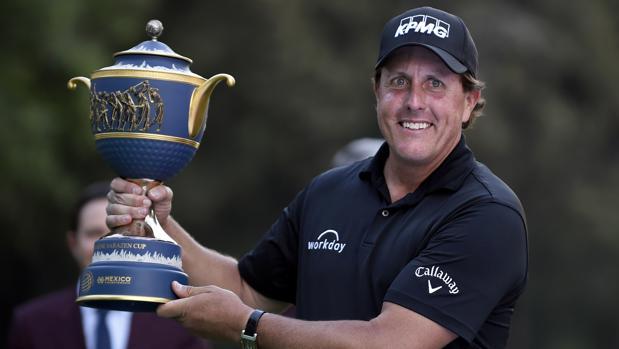 Phil Mickelson levanta el trofeo que le acredita como campeón del World Golf Championship México 2018