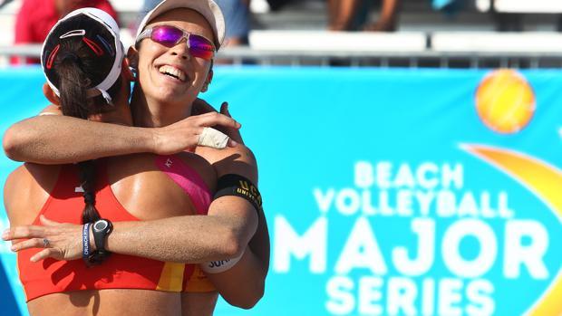 Lili y Elsa se abrazan durante el último torneo disputado por ambas el pasado fin de semana