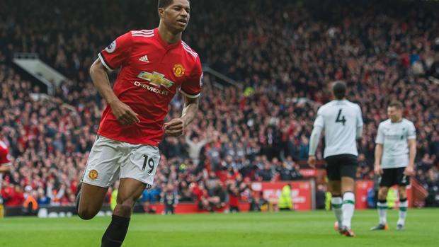Rashford celebra uno de sus tantos contra el Liverpool
