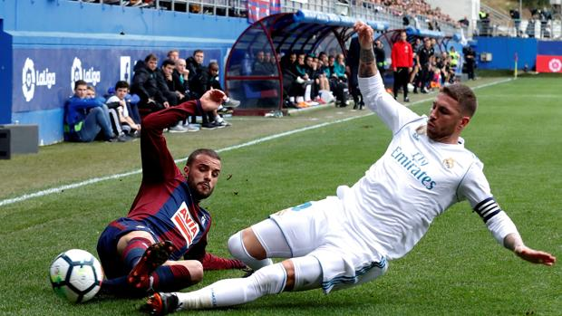 Sergio Ramos disputa un balón con Pedro León