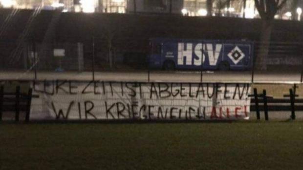 Pancarta donde se leía la amenaza a la plantilla del Hamburgo