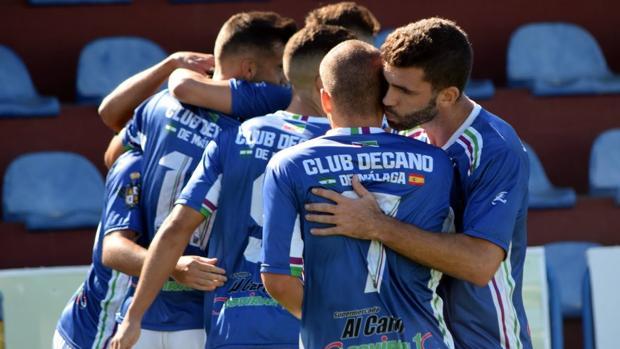 Jugadores del Alhaurino celebran el gol del triunfo ante el Torreperogil