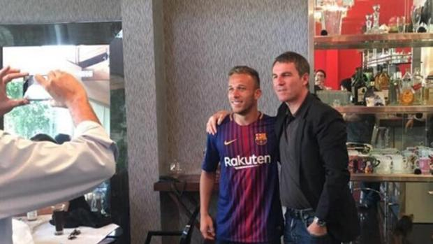 Arthuir demostró sus ganas de fichar por el Barcelona poniéndose la camiseta culé y posando con Robert