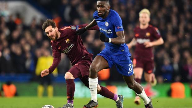 Messi y Rudiger pelean un balón en el partido de ida