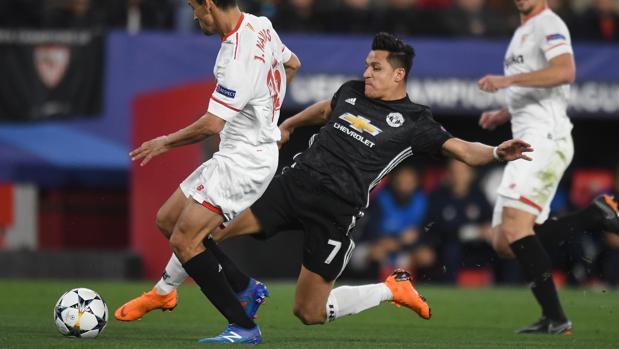 Jesús Navas y Alexis Sánchez durante el partido de ida
