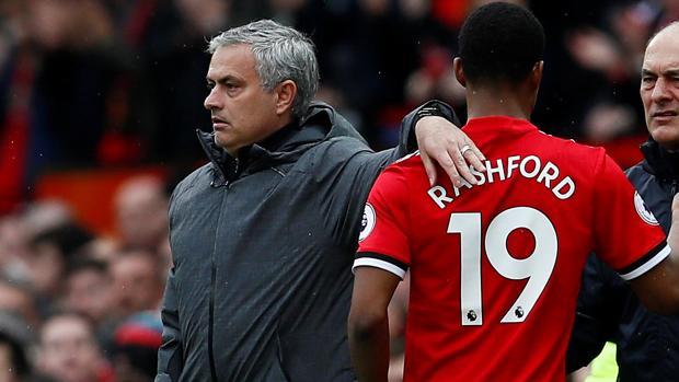Mourinho y Rashford durante un partido con el United