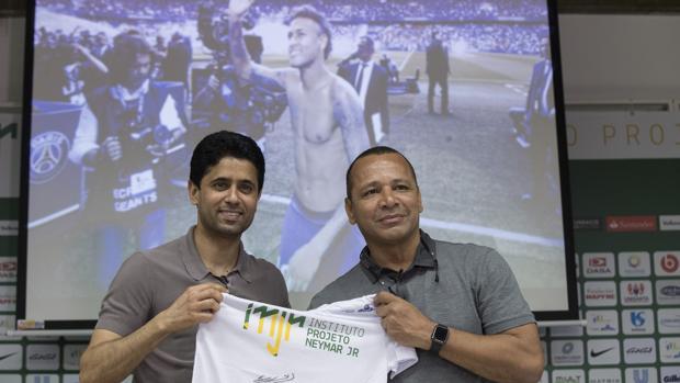 Nasser Al Khelaifi y el padre de Neymar, en Sao Paulo