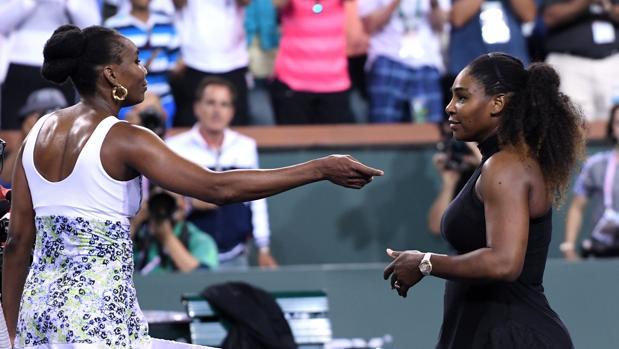 Venus y Serena Williams se saludan al término del partido entre ambas