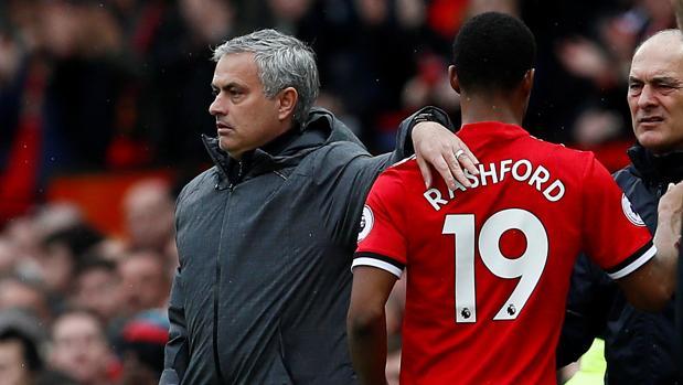 José Mourinho y Marcus Rashford durante un partido de la Premier League