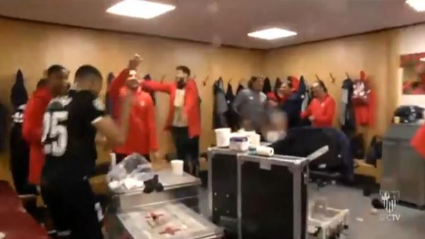 Jugadores del Sevilla celebrando la victoria en los vestuarios