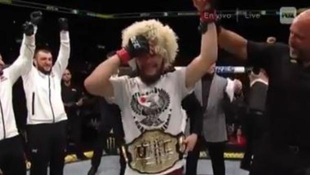 Khabib Nurmagomedov celebra el título de campeón del peso ligero de UFC