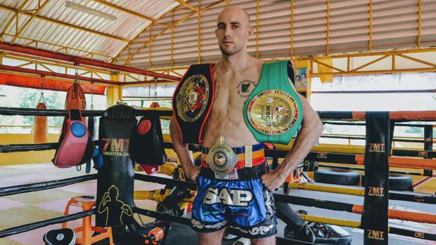 El luchador gaditano Carlos Coello posa con algunos de sus cinturones obtenidos
