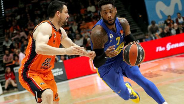 DeAndre Kane, del Maccabi Tel Aviv (d), y Rafa Martínez, del Valencia Basket (i)