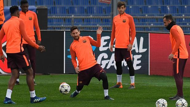 Leo Messi en el centro del rondo durante el entrenamiento realizado en Roma ayer por la tarde
