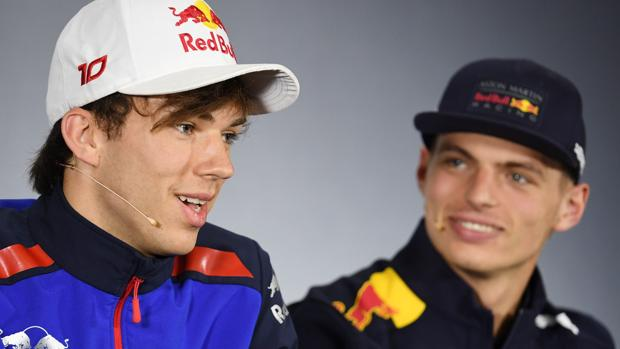 Gasly se explica ante la mirada de Max Verstappen
