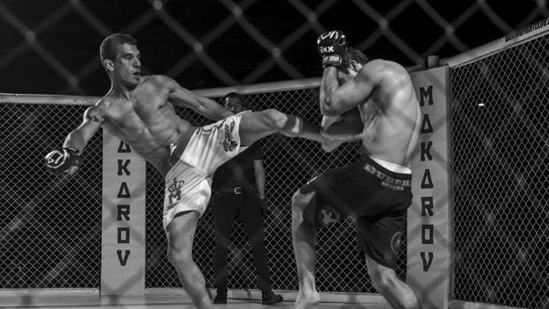 El luchador brasileño Teto Terranossa conecta una patada a su rival