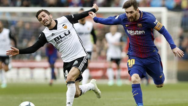 Gayá trata de frenar a Leo Messi