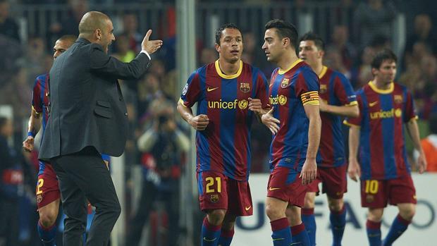 Pep Guardiola da órdenes a Xavi durante la etapa de ambos en el Barcelona