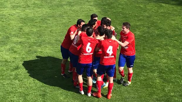 Los jugadores del Miguelturreño celebran el gol de Ivanchu al Albacete B