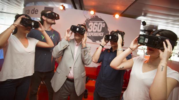 Aficionados en la Caja Mágica prueban las gafas de realidad virtual