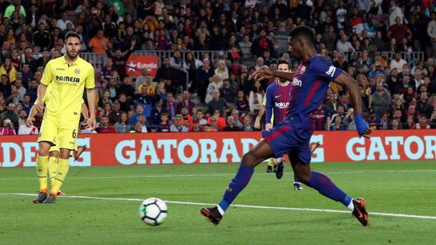 Dembélé empuja el balón dentro de la portería del Villarreal