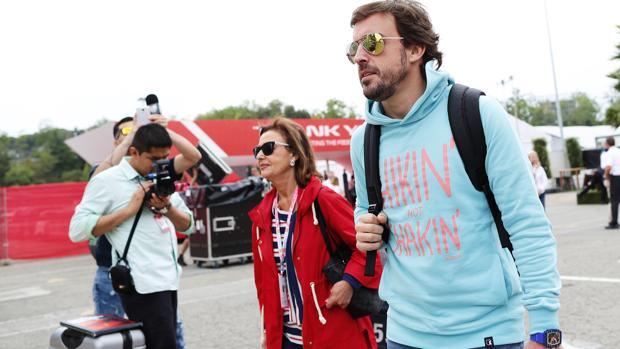 Fernando Alonso, en el circuito de Montmeló acompañado por su madre